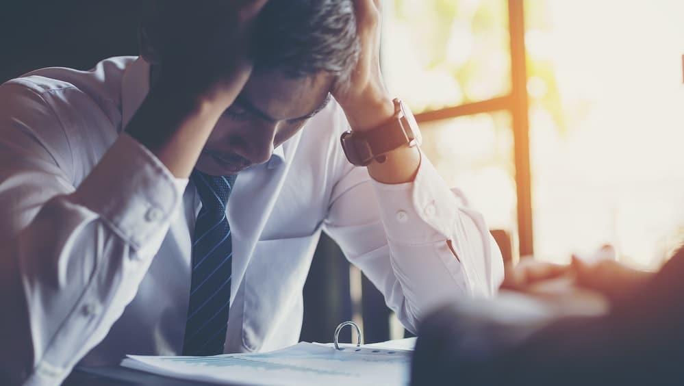 ストレスを抱える男性サラリーマン