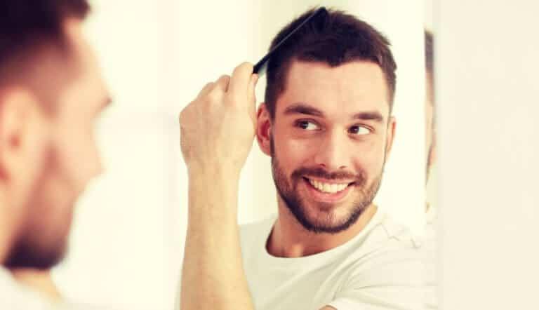 髪の毛に満足する男性
