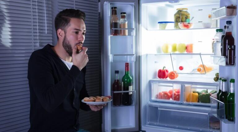 深夜に食事をする男性