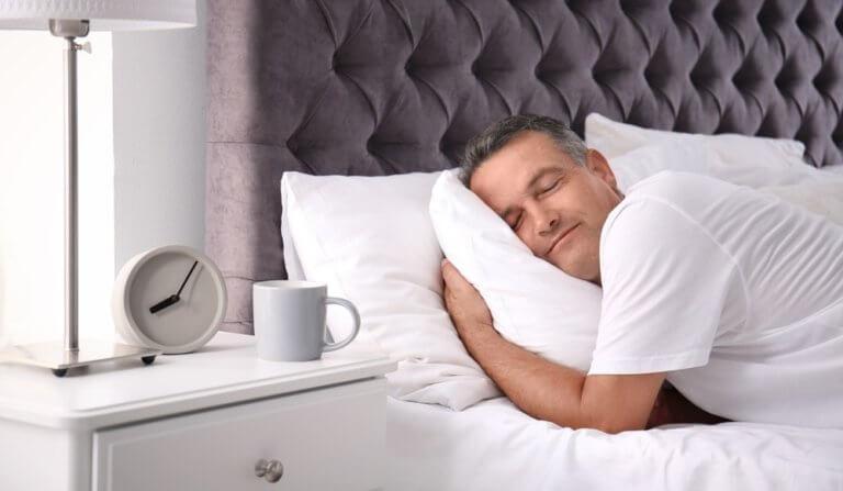 高品質の枕を使う男性