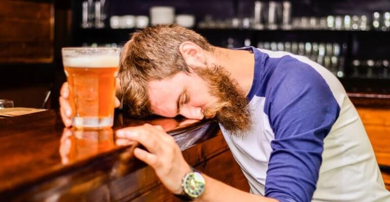 ビールで酔っぱらう男性