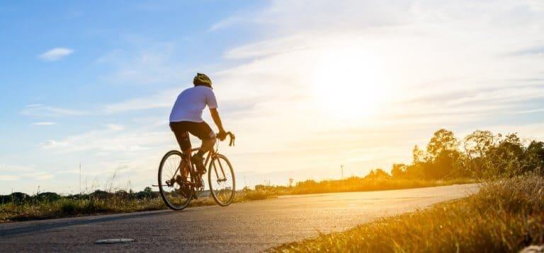 自転車を漕いでいる男性