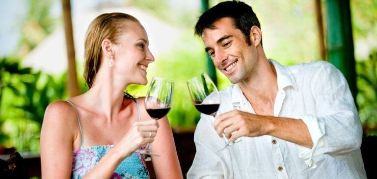 赤ワインを飲むカップル