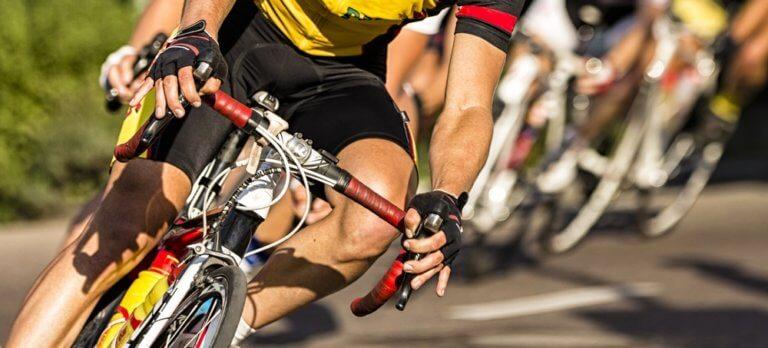 自転車を激しくこぐ男性