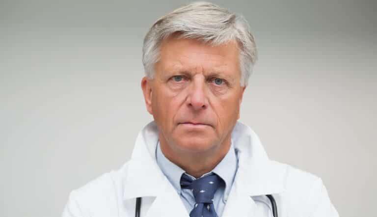 怒っている医師