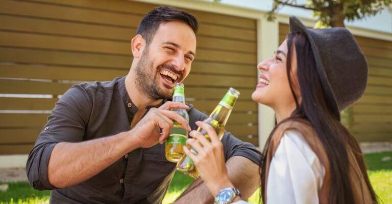 適量のお酒を楽しむカップル