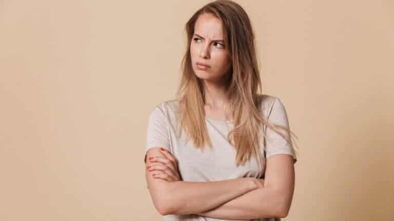 違和感を感じる女性