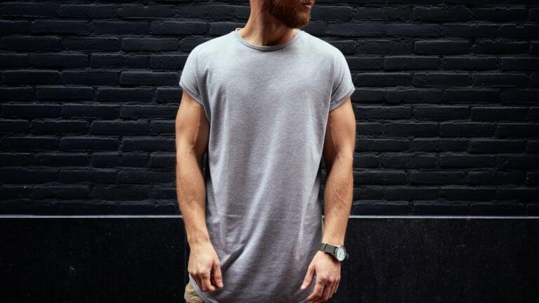 Tシャツを着ている筋肉質の男性