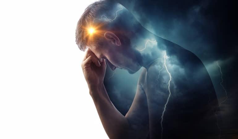 頭の痛みを感じる男性