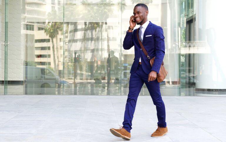 スーツを着て歩く男性