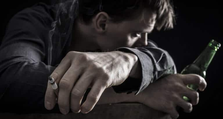 タバコとお酒を好む男性
