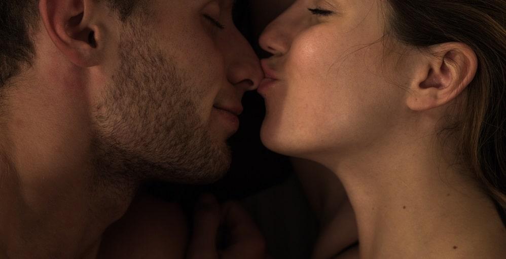 鼻にキスをする女性