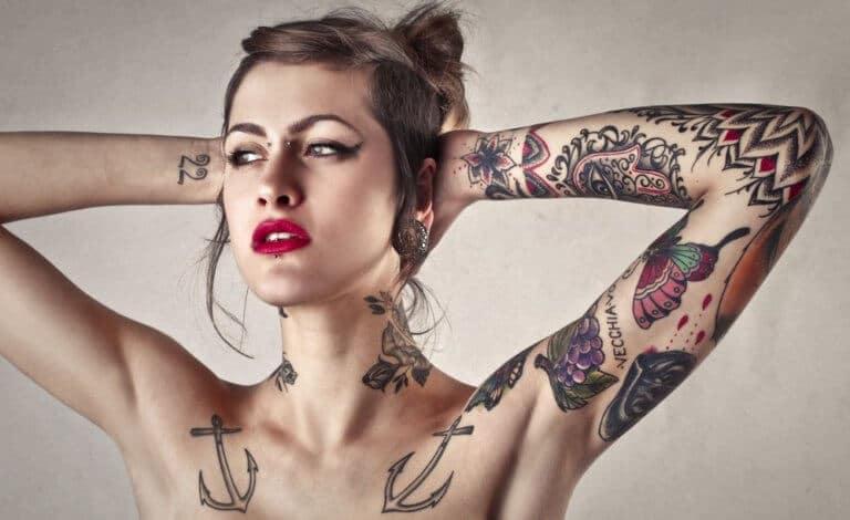 tattooとピアスの女性