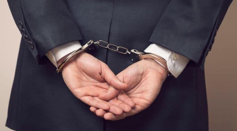 手錠をかけられている男性