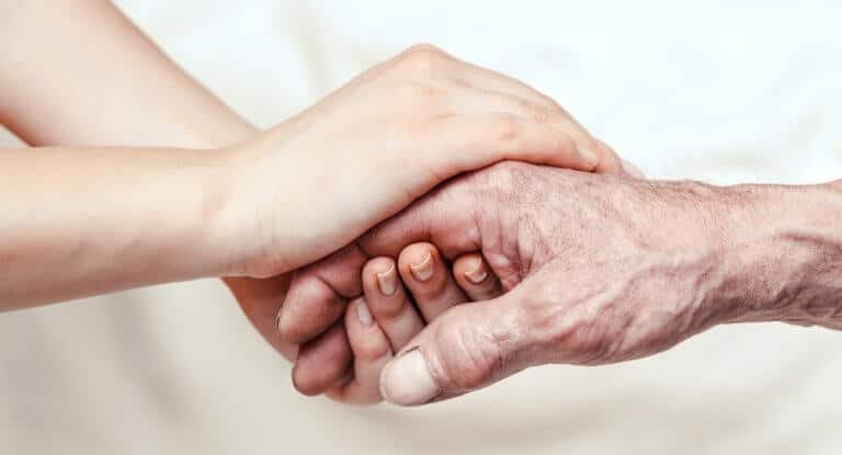 老人と若者の手