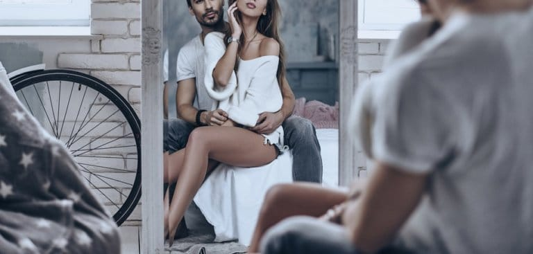 鏡を見るカップル