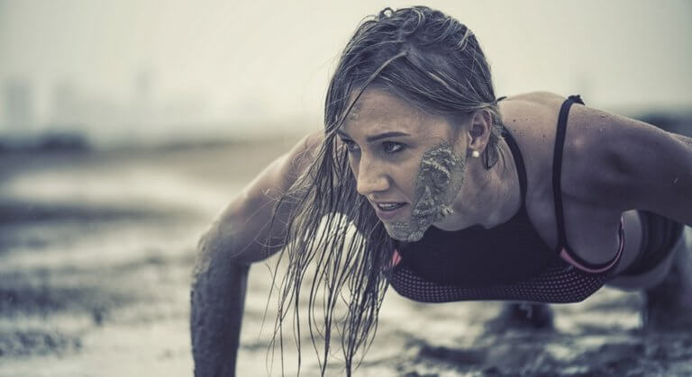 泥だらけの女性