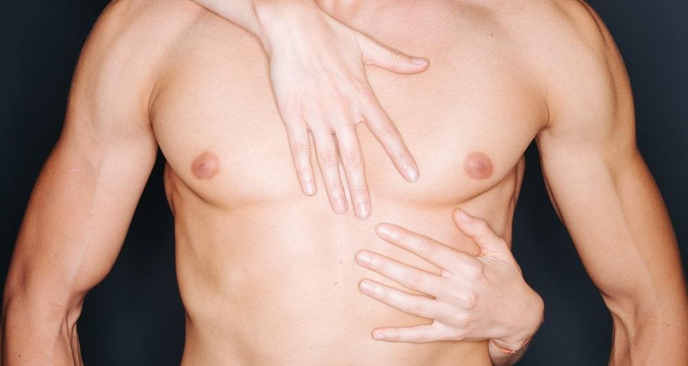 男性の体に触れる女性の手