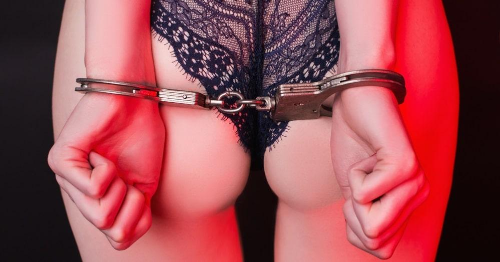 手錠を付ける女性
