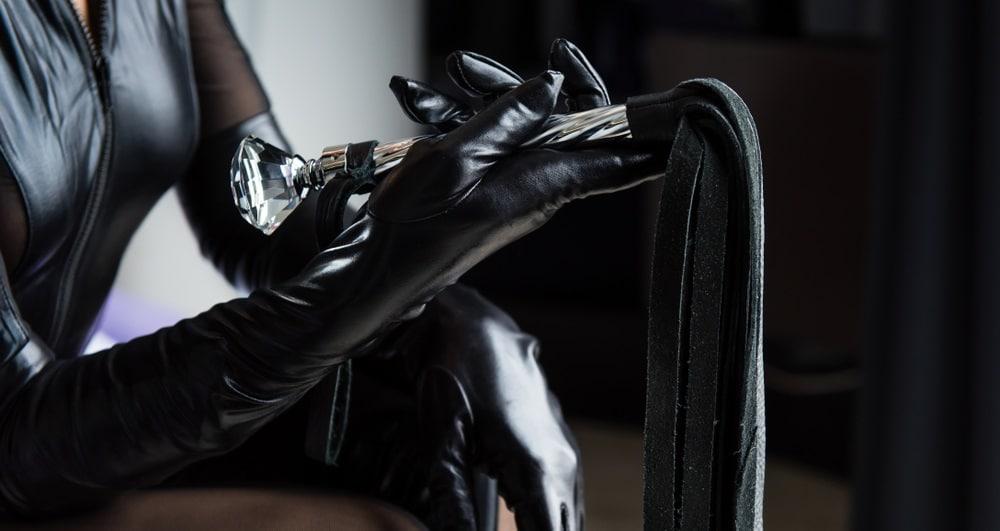 鞭を持つ女性
