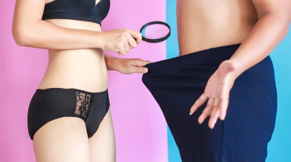 男性の下半身を調べる女性