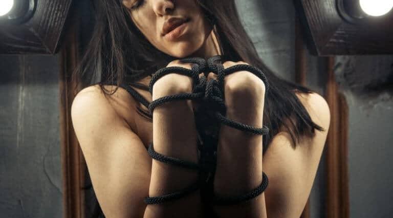 ロープで縛られている女性