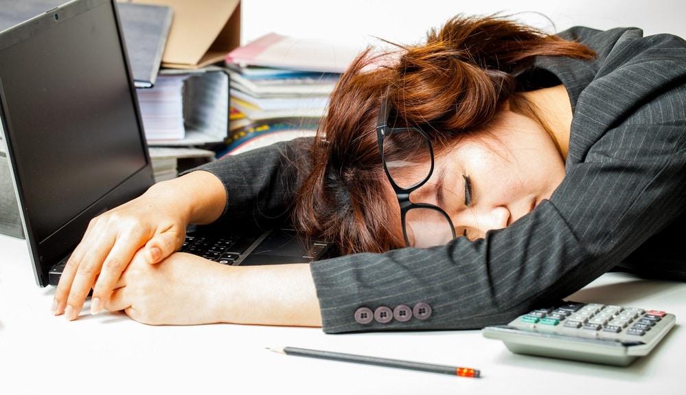 仕事で疲れている女性