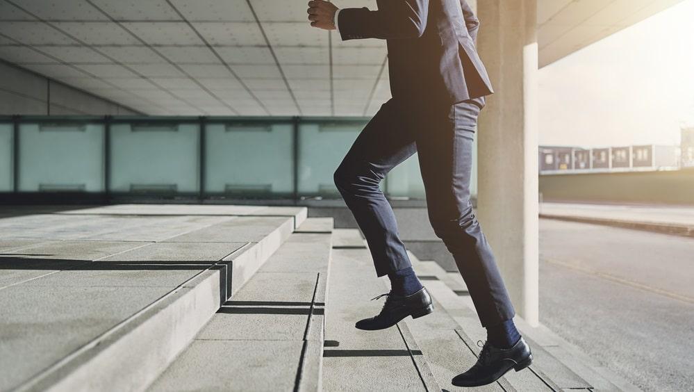 会社に向かう男性