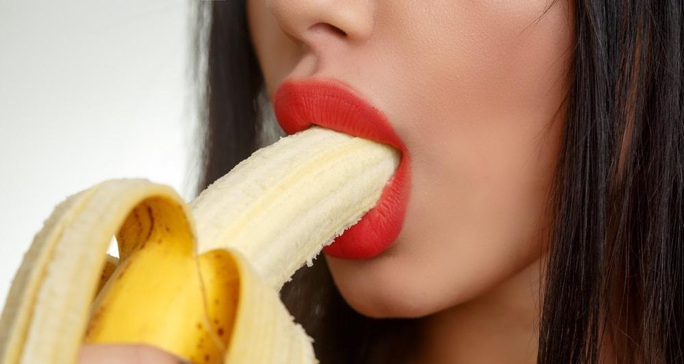 バナナをくわえる女性