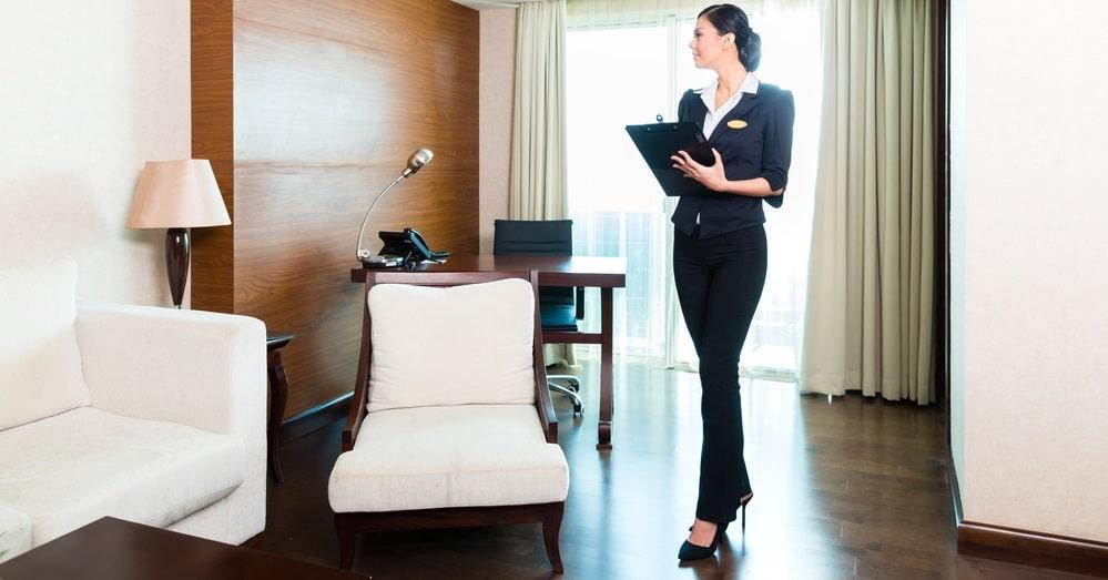 女性ときれいな部屋
