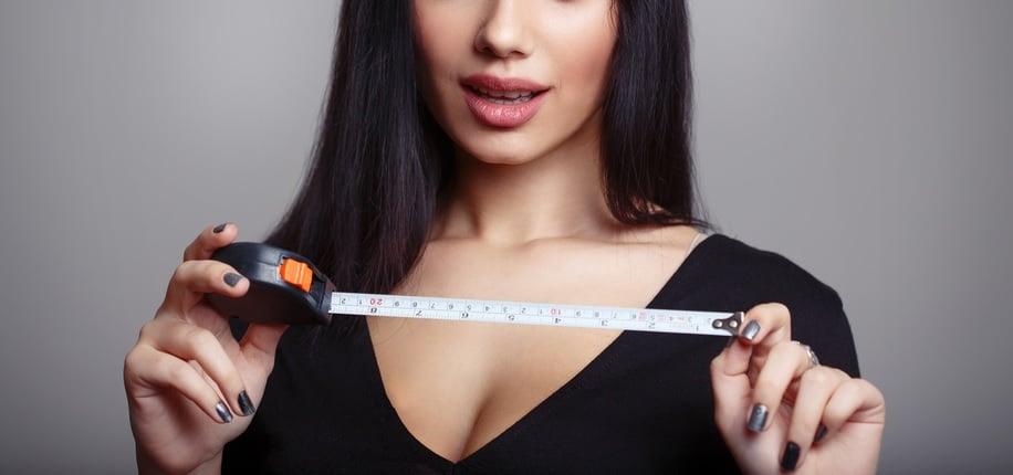 サイズを計る女性