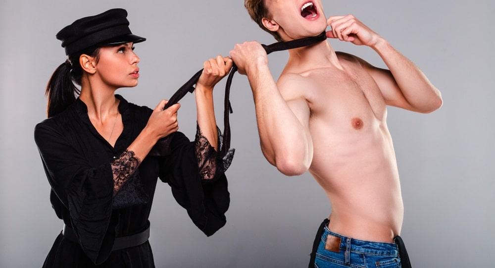 首を絞められる男性