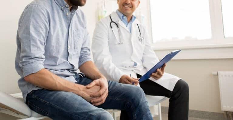 男性の医師とスタッフ