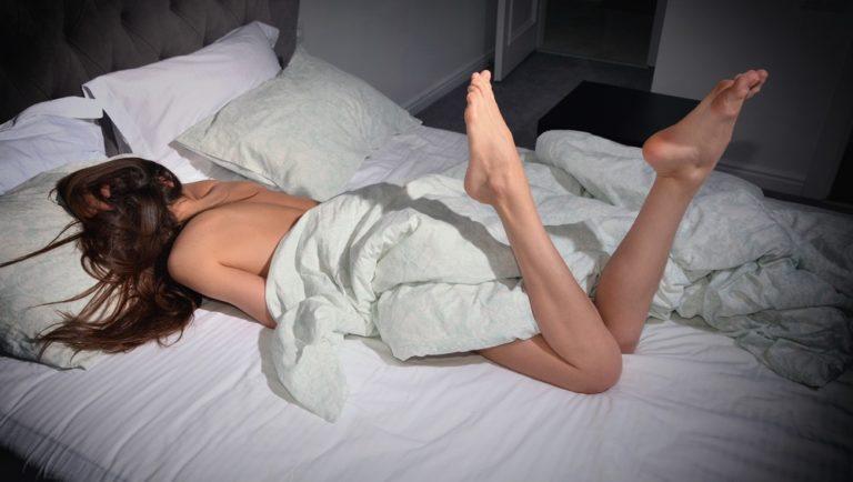 就寝前の女性