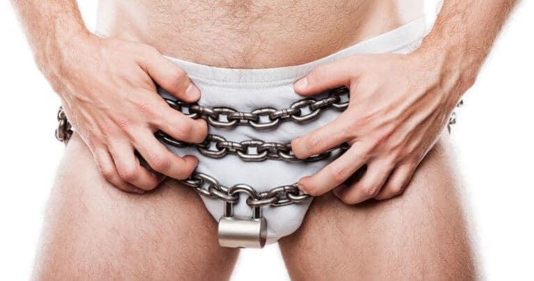 貞操帯を装着する男性