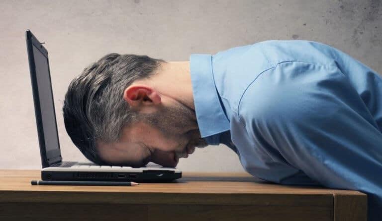 疲労困憊の男性