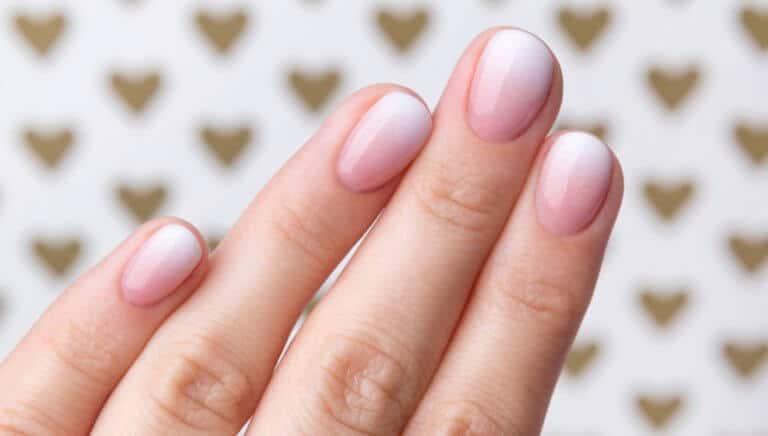 短い爪の女性