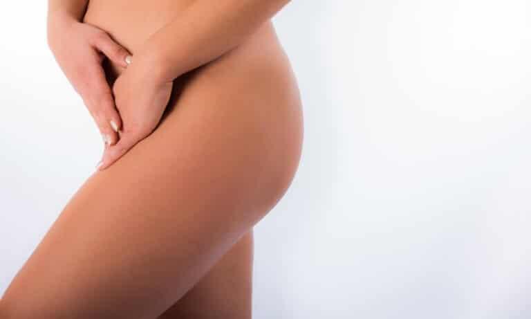 膣を抑える女性