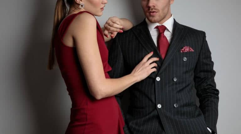 男性の筋肉を触る女性