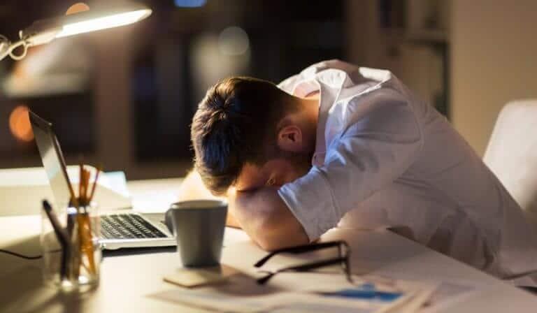 日々の仕事に疲れた男性
