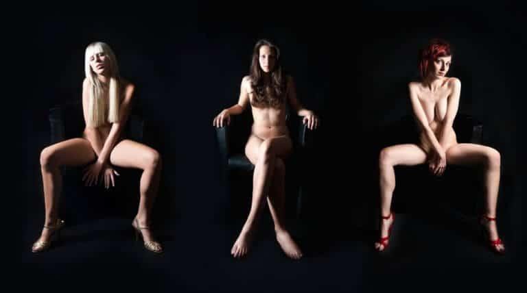足を開く女性
