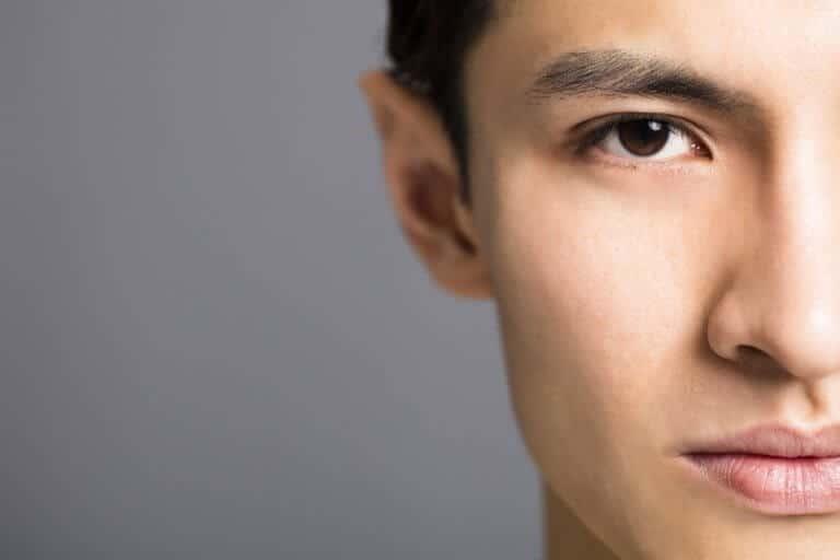 眉毛を整えている男性