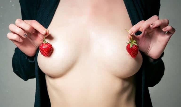 乳首クリップを付けた女性