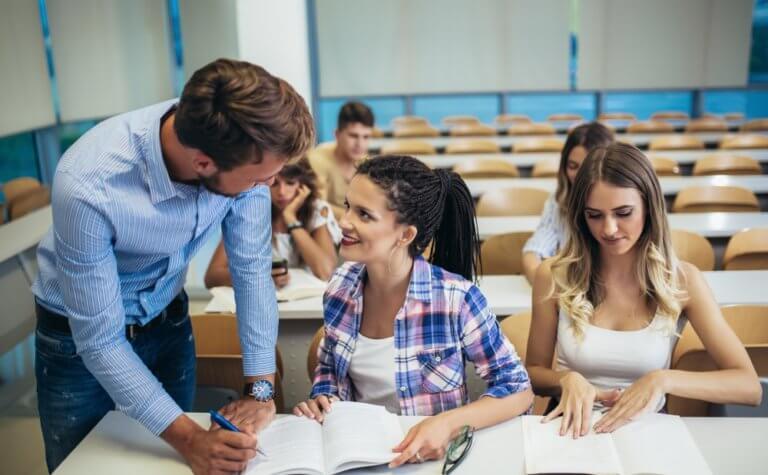 教師は女性からモテる職業