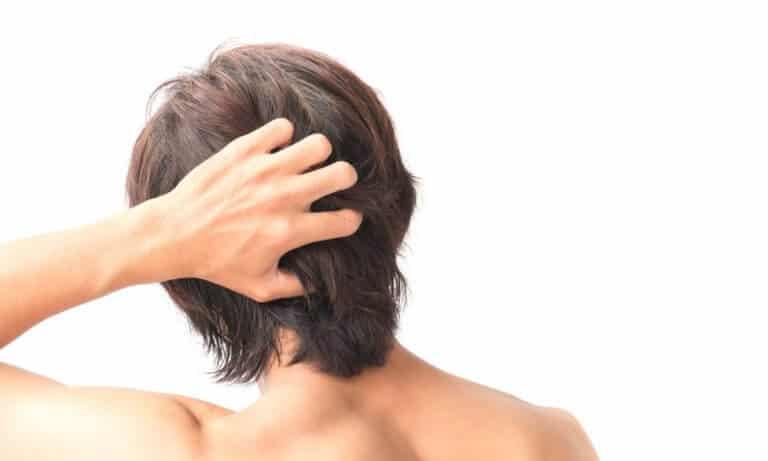 中途半端に髪の毛の長い男性