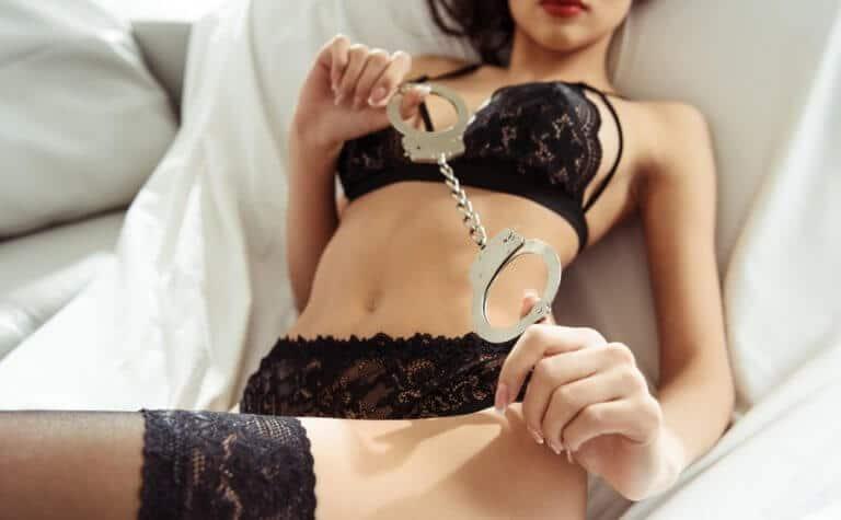 SM用の手錠を楽しむ女性