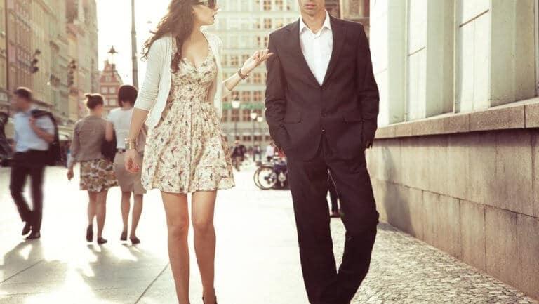 ガリガリ男性の隣を歩く女性