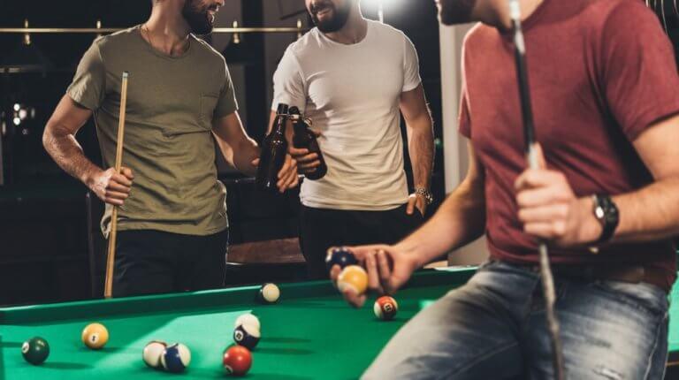 ビリヤードを楽しむ男性