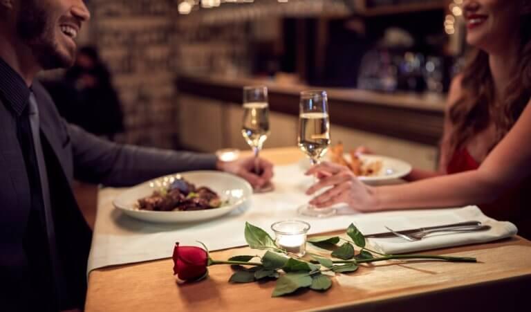 女性と食事をする男性
