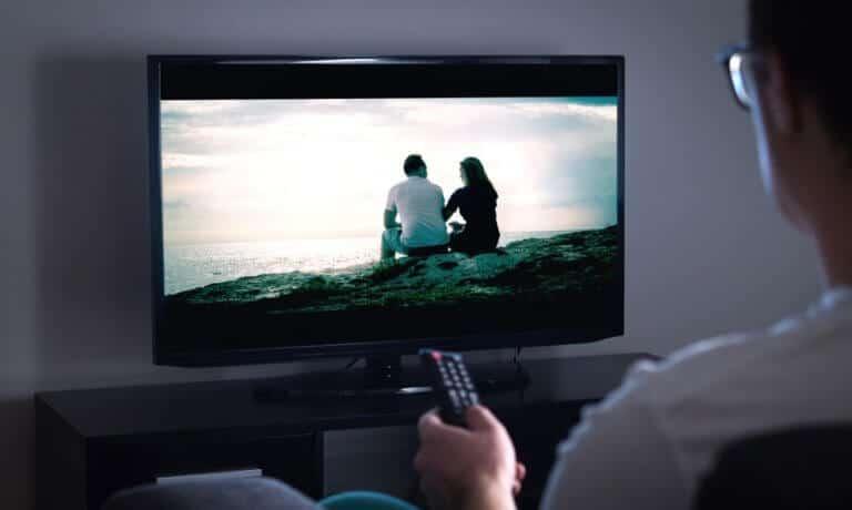室内でテレビを見る童貞